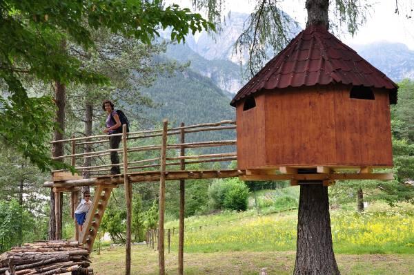 Parco tree village nei boschi delle dolomiti del friuli - Costruire casa sull albero bambini ...