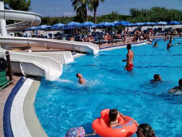 Hydromania il parco acquatico di roma con piscine - Piscine con scivoli ...