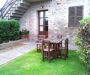 agriturismo_vacanze_ideali_tenuta_badia_tavoli_giardino